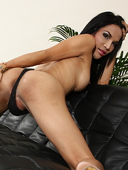 Naughty hottie Fay strips & jerks